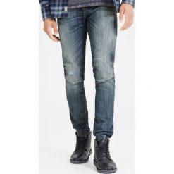 Dżinsy slim JJIGLENN ORIGINAL GE 988. Czarne jeansy męskie slim marki Jack & Jones, l, z bawełny, z klasycznym kołnierzykiem, z długim rękawem. Za 302,36 zł.