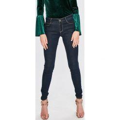 Guess Jeans - Jeansy Curve. Niebieskie jeansy damskie relaxed fit Guess Jeans, z aplikacjami, z bawełny. Za 549,90 zł.