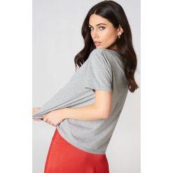 NA-KD T-shirt z haftem w kwiaty - Grey. Szare t-shirty damskie marki NA-KD, z haftami, z bawełny, z okrągłym kołnierzem. W wyprzedaży za 42,67 zł.