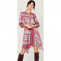 Asymetryczna sukienka z wiązaniem przy dekolcie - Różowy. Czerwone sukienki asymetryczne marki Mohito, na imprezę, z asymetrycznym kołnierzem. Za 159,99 zł.