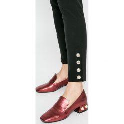 Guess Jeans - Spodnie. Szare jeansy damskie rurki marki Guess Jeans. W wyprzedaży za 299,90 zł.