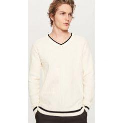 Swetry męskie: Sweter z dekoltem v-neck – Kremowy