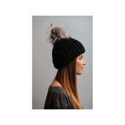 POMPOM - czarna czapka z naturalnym futerkiem. Czarne czapki zimowe damskie Pompom, na zimę, z wełny. Za 159,00 zł.