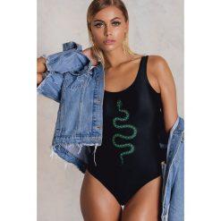 Stroje jednoczęściowe: NA-KD Swimwear Jednoczęściowy kostium kąpielowy z wycięciem na plecach Snake – Black