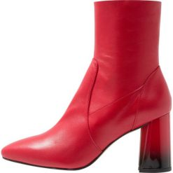 L'INTERVALLE KAPLAN Botki red. Czerwone botki damskie na zamek L'INTERVALLE, z materiału, klasyczne. Za 589,00 zł.