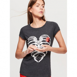 Koszulka z nadrukiem - Szary. Szare t-shirty damskie Cropp, l, z nadrukiem. Za 19,99 zł.