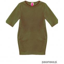 Sukienka dresowa dziecięca taliowana khaki. Brązowe sukienki dziewczęce marki Pakamera, z dresówki. Za 69,00 zł.