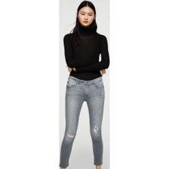 Mango - Jeansy Kate2. Szare jeansy damskie Mango, z aplikacjami, z bawełny, z obniżonym stanem. Za 119,90 zł.