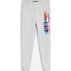 Guess Jeans - Spodnie dziecięce 118-176 cm. Szare jeansy męskie Guess Jeans, z nadrukiem, z bawełny. W wyprzedaży za 119,90 zł.