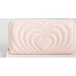 641f285e9eff0 Portfel z fakturą - Różowy. Różowe portfele damskie Sinsay, bez wzorów.