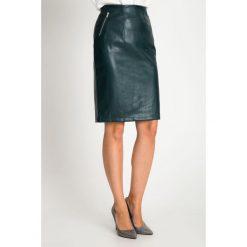Skórzana zielona spódnica z zamkami QUIOSQUE. Zielone spódnice wieczorowe QUIOSQUE, ze skóry ekologicznej, koszulowe. Za 149,99 zł.