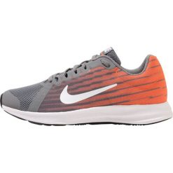 Nike Performance DOWNSHIFTER Obuwie do biegania treningowe cool grey/white/hyper crimson/dark grey/black. Szare buty do biegania damskie Nike Performance, z materiału. W wyprzedaży za 188,10 zł.