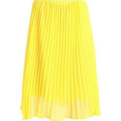 Spódniczki plisowane damskie: JUST FEMALE MOE MIDI SKIRT Spódnica trapezowa buttercup