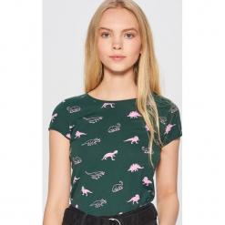 Koszulka z nadrukiem w dinozaury - Khaki. Brązowe t-shirty damskie marki Cropp, l, z nadrukiem. Za 24,99 zł.