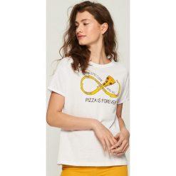 T-shirt Pizza is forever - Biały. Białe t-shirty damskie marki Sinsay, l. W wyprzedaży za 9,99 zł.