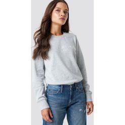 Calvin Klein Bluza Halia Institutional Crew Neck - Grey. Szare bluzy rozpinane damskie Calvin Klein, z dzianiny. Za 364,95 zł.