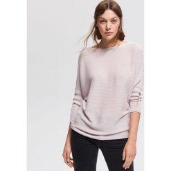 Sweter z błyszczącą nitką - Różowy. Czerwone swetry klasyczne damskie marki Reserved, l. Za 79,99 zł.