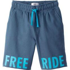 Bermudy dresowe z nadrukiem bonprix indygo. Niebieskie dresy chłopięce marki bonprix, z nadrukiem, z dresówki. Za 34,99 zł.