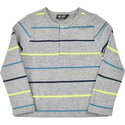 Koszulka w kolorze szarym. Szare t-shirty chłopięce z długim rękawem MeToo, z nadrukiem. W wyprzedaży za 47,95 zł.