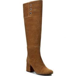 Kozaki FLY LONDON - Tito P143789006 Camel. Brązowe buty zimowe damskie marki Kazar, ze skóry, przed kolano, na wysokim obcasie. W wyprzedaży za 519,00 zł.