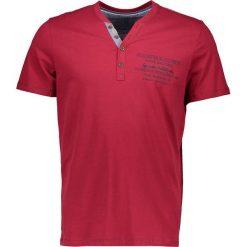 """T-shirty męskie z nadrukiem: Koszulka """"Henley"""" w kolorze czerwonym"""