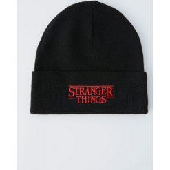 Dzianinowa czapka Netflix Stranger Things. Czarne czapki damskie Pull&Bear, z dzianiny. Za 49,90 zł.