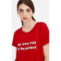 Koszulka basic z napisem. Czerwone t-shirty damskie Pull&Bear, z napisami. Za 24,90 zł.