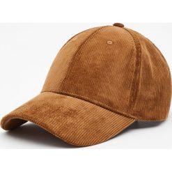 Sztruksowa czapka w różnych kolorach. Szare czapki z daszkiem męskie marki Pull & Bear, okrągłe. Za 59,90 zł.