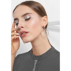 Koszula z koralikami. Szare koszule wiązane damskie Orsay, z poliesteru, eleganckie, ze stójką, z długim rękawem. Za 89,99 zł.