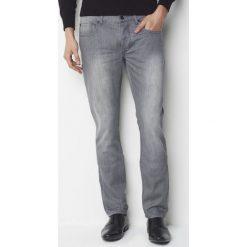 Dżinsy odopasowanym kroju, dł. 32. Szare jeansy męskie marki La Redoute Collections. Za 109,20 zł.