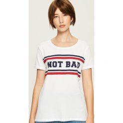 T-shirt z nadrukiem - Biały. Białe t-shirty damskie marki Sinsay, l, z napisami. Za 24,99 zł.