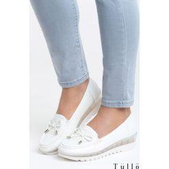 Białe Koturny Sparks. Białe buty ślubne damskie marki Born2be, z okrągłym noskiem, na niskim obcasie, na koturnie. Za 79,99 zł.