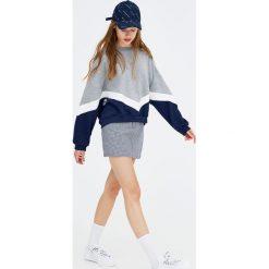 Bluzy rozpinane damskie: Granatowo-szara bluza z pasami w szpic