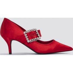 NA-KD Shoes Czółenka na średnim obcasie z ozdobną klamrą - Red. Czerwone buty ślubne damskie NA-KD Shoes, w kwiaty, z satyny, na średnim obcasie, na obcasie. W wyprzedaży za 60,89 zł.