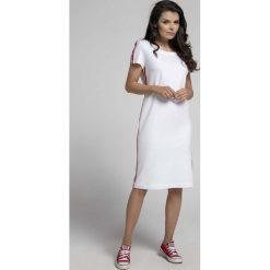 Ecru Wygodna Dzianinowa Sukienka za Kolano z Lampasem. Czerwone sukienki dzianinowe marki Molly.pl, l, biznesowe, z dekoltem na plecach, z długim rękawem. W wyprzedaży za 102,21 zł.