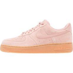 Nike Sportswear AIR FORCE 1 07 LV8 SUEDE Tenisówki i Trampki particle pink/medium brown/ivory. Czerwone tenisówki damskie Nike Sportswear, z materiału. W wyprzedaży za 335,20 zł.