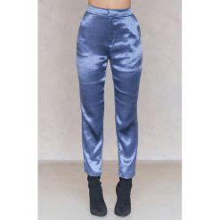 NA-KD Party Metaliczne spodnie prostymi nogawkami - Blue. Zielone spodnie z wysokim stanem marki Emilie Briting x NA-KD, l. Za 161,95 zł.