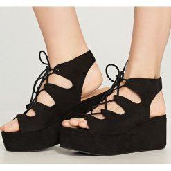 Sandały na platformie - Czarny. Czerwone sandały damskie marki Casu, w ażurowe wzory, na obcasie. Za 159,99 zł.
