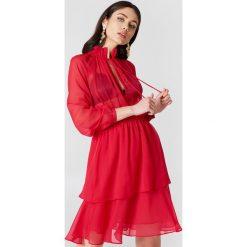 NA-KD Boho Sukienka z marszczoną stójką - Red. Niebieskie długie sukienki marki NA-KD Boho, na imprezę, w koronkowe wzory, z koronki, boho, na ramiączkach. Za 161,95 zł.