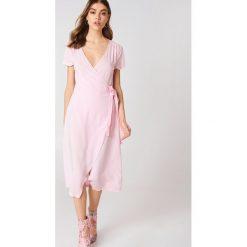Sukienki hiszpanki: Andrea Hedenstedt x NA-KD Kopertowa sukienka z dekoltem V – Pink