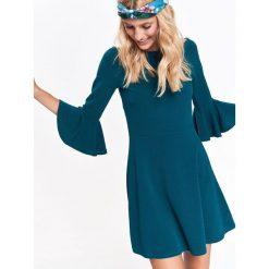 SUKIENKA DAMSKA Z ODKRYTYMI RAMIONAMI. Niebieskie sukienki z falbanami marki Reserved, z odkrytymi ramionami. Za 44,99 zł.