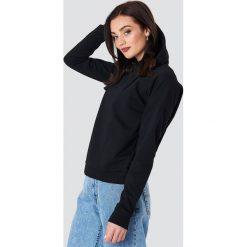 NA-KD Bluza z kapturem z kopertowym tyłem - Black. Czarne bluzy z kapturem damskie NA-KD. Za 121,95 zł.