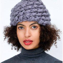 Szara czapka na drutach z wełny merynosów merino. Niebieskie czapki zimowe damskie marki WED'ZE, z materiału. Za 249,00 zł.