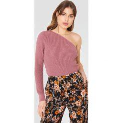NA-KD Sweter oversize na jedno ramię - Pink. Różowe swetry oversize damskie NA-KD, z dzianiny. W wyprzedaży za 85,17 zł.