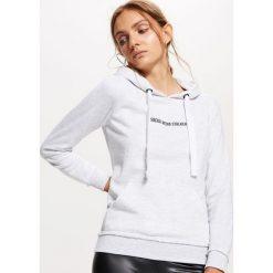 Bluza typu hoodie - Jasny szary. Szare bluzy damskie marki Cropp, l. Za 59,99 zł.