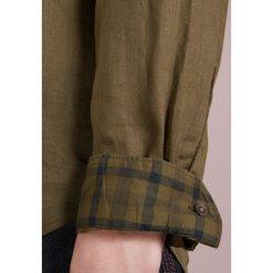 PS by Paul Smith MENS TAILORED FIT  Koszula army green. Zielone koszule męskie PS by Paul Smith, m, ze lnu. W wyprzedaży za 480,35 zł.