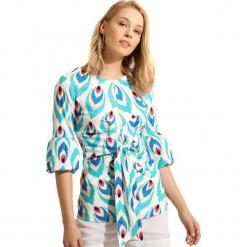 Bluzka w kolorze białym ze wzorem. Białe bluzki damskie marki Almatrichi, z okrągłym kołnierzem. W wyprzedaży za 99,95 zł.