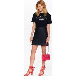 T-shirty damskie: T-SHIRT DAMSKI CZARNY Z NAPISAMI ORAZ APLIKACJĄ BIŻUTERYJNĄ