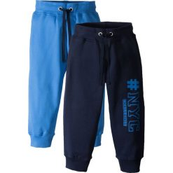 Spodnie dresowe (2 pary) bonprix ciemnoniebieski z nadrukiem + lodowy niebieski. Niebieskie spodnie dresowe chłopięce marki bonprix, z nadrukiem. Za 59,98 zł.