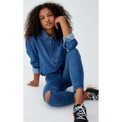 Jeansy skinny fit capri ze średnim stanem. Niebieskie spodnie z wysokim stanem Pull&Bear, z jeansu. Za 79,90 zł.